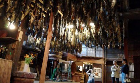 新潟村上のきっかわの千年鮭を吊るしている様子