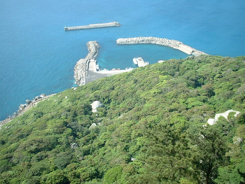 沖ノ島の山頂から海岸を眺めた様子