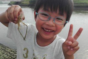 テナガエビを釣ったこども
