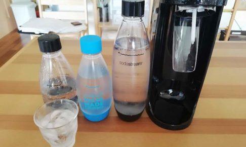 ソーダストリームと炭酸水を机に並べている様子