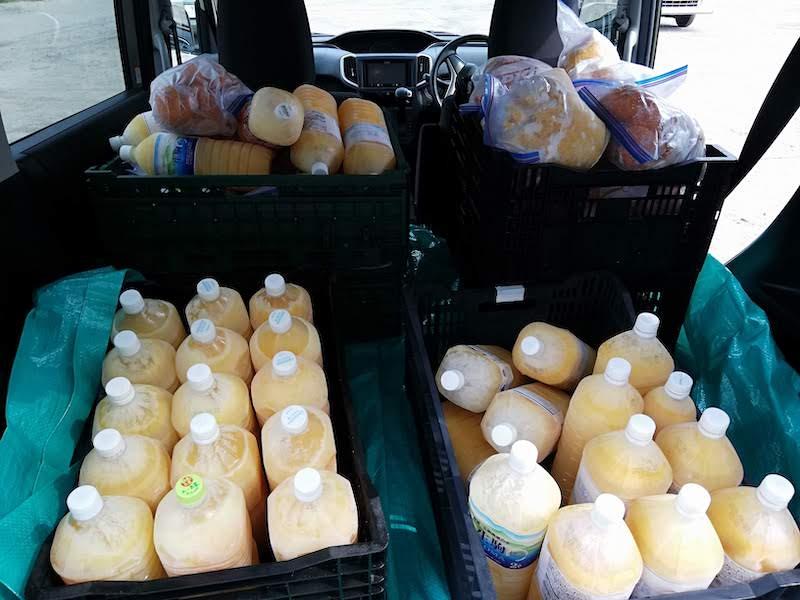 凍らせた甘夏の果汁や皮を車で搬送する様子