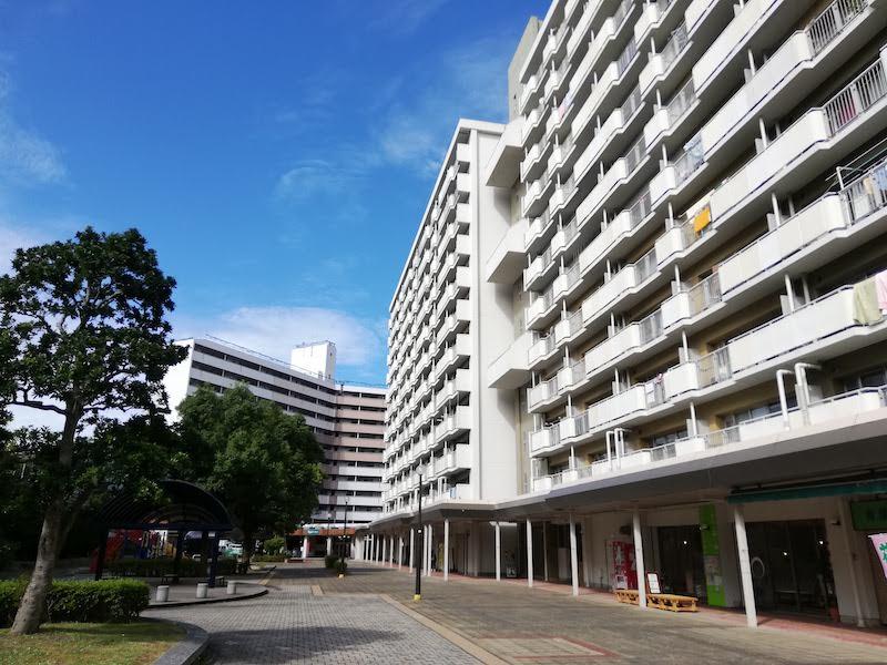 四箇田団地の中心部で一階は店舗スペースとなっている