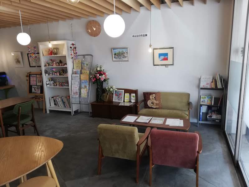 コミュニティスペース「しかたの茶の間」。絵画やちぎり絵は団地の人の作品。明るくオープンなスペースになっている。