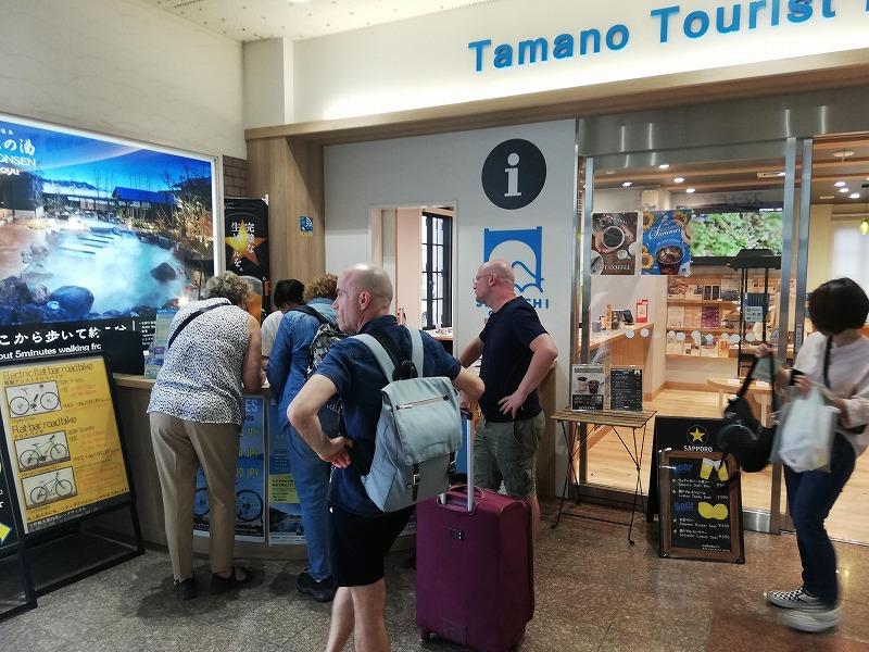 宇野駅のツーリストインフォメーションは外国人で溢れている