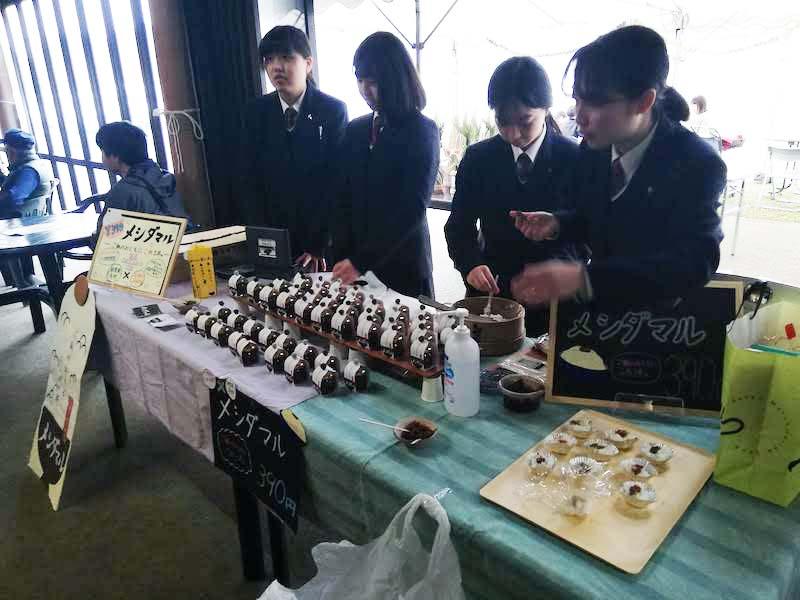 大学や高校との連携の取り組みも熱心。クロダマルの解禁イベントと合わせて朝倉東高生が考案したクロダマルの加工品販売も。