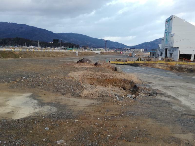 陸前高田市の道の駅の震災遺構と周囲の盛土の様子