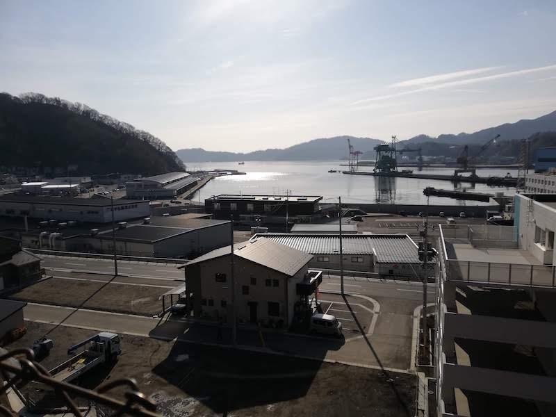釜石市の津波避難場所からの海岸の眺め