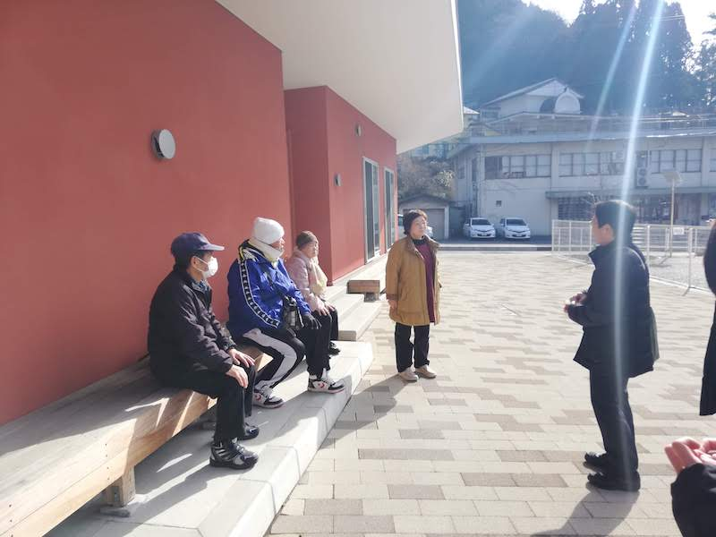 釜石市の復興公営住宅の集会所に集まった住民の方々