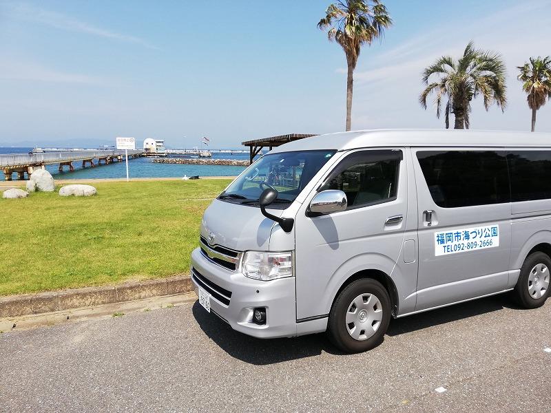 福岡市海釣り公園の送迎してもらったワゴン車と海釣り公園の桟橋