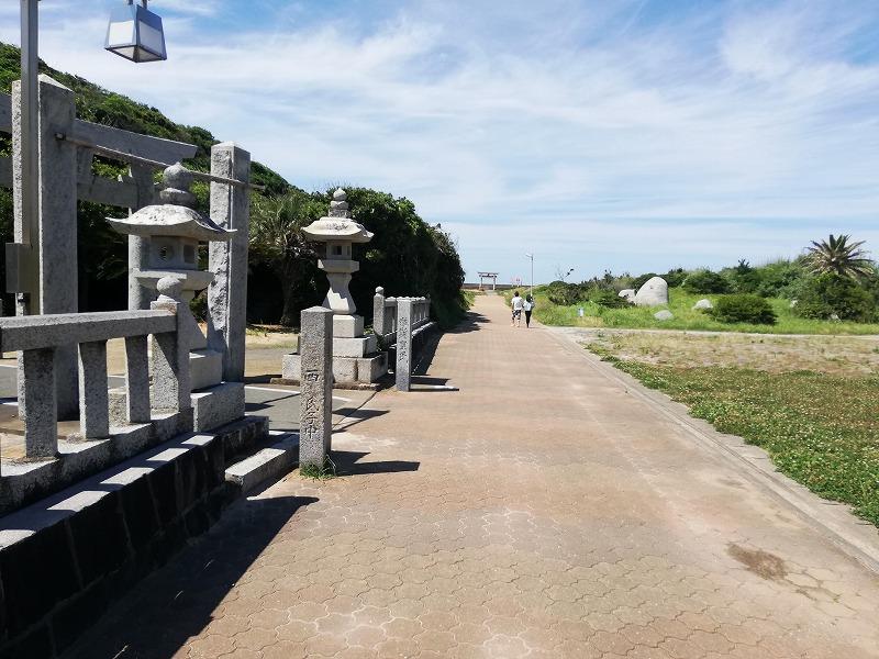 大祖神社を過ぎ、真っ直ぐいくと海岸が広がる