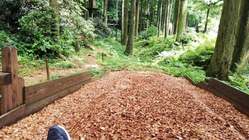 ジップスライドの着地地点に敷かれている木材チップ