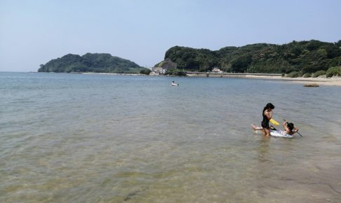 初潮旅館の目の前の海で海水浴をする子どもたち