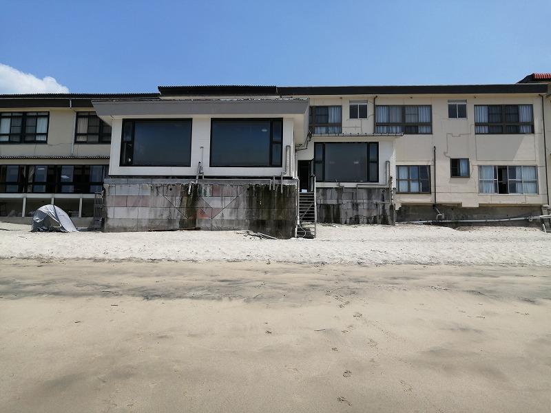 海側からみた初潮旅館。日陰がほとんどない。