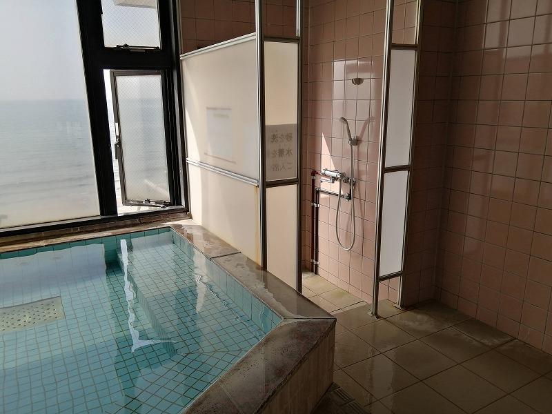 お風呂場にシャワールームがあり、海と直結している