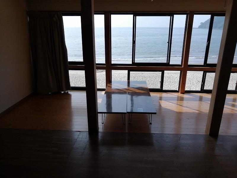 初潮旅館の海の家。海岸の様子が間近に見える環境