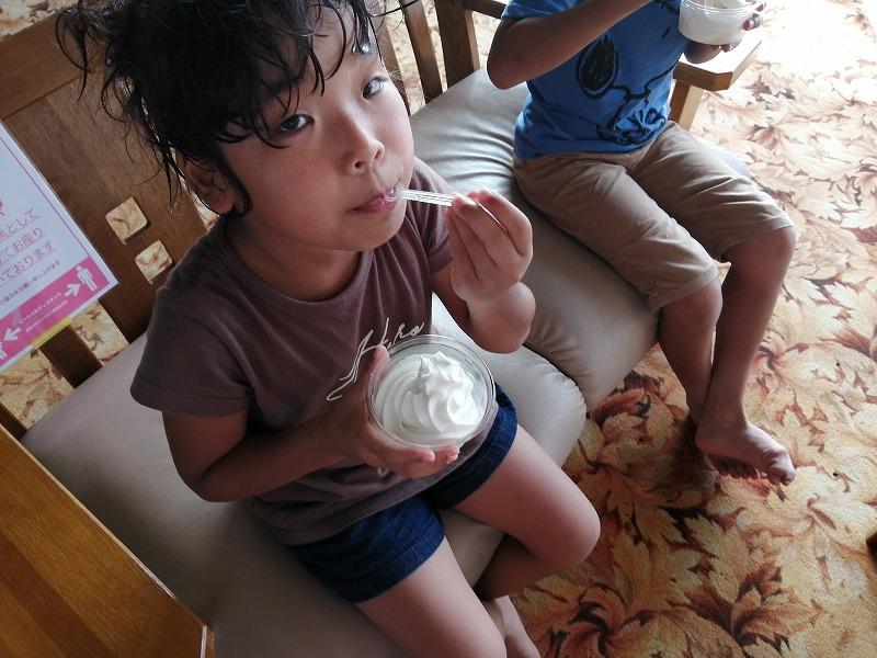 伊都物語のソフトクリームを食べる娘