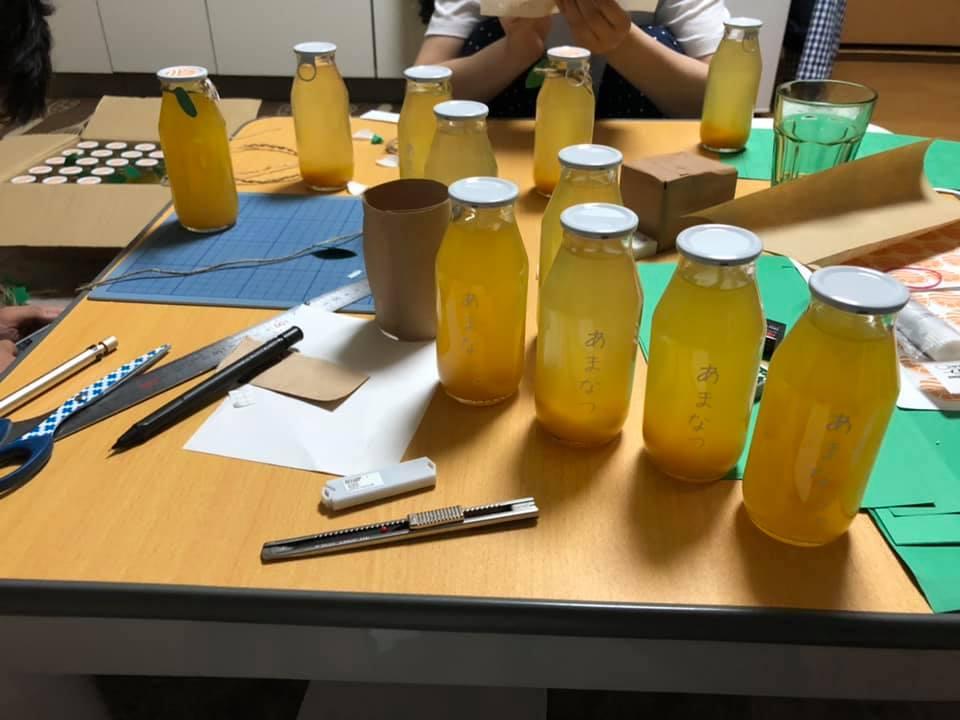 糸島甘夏堂のジュースのラベル貼りの様子
