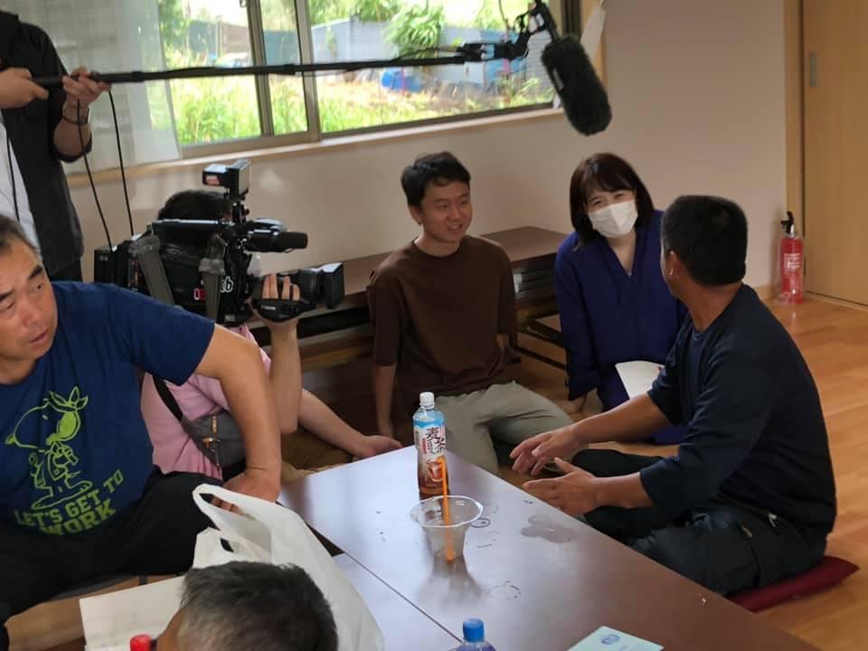 テレビの取材を受ける甘夏堂のスタッフと地元農家さん